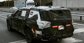 Toyota Land Cruiser 300 сфотографирован натестах