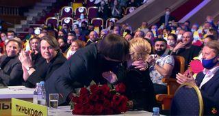 Приглашенный певец Николай Трубач дарит Пелагее букет роз от лица команды / Фото: YouTube/Официальный канал КВН
