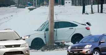 Нелучше «Весты»: Toyota RAV4 иMitsubishi Outlander завалили краш-тест столбом