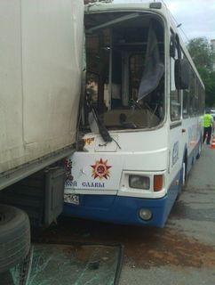В Ростове пассажирский автобус протаранил грузовик: пострадало 13 человек