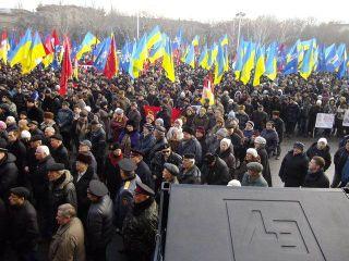 Сторонники и противники «Майдана» в Одессе закидали друг друга яйцами