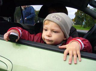 В Оренбургской области на ходу из автомобиля выпал ребенок