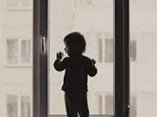 В Самаре ребенок оперся на москитную сетку и выпал из окна