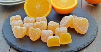 Из двух апельсинов приготовила полкилограмма мармелада для внучки
