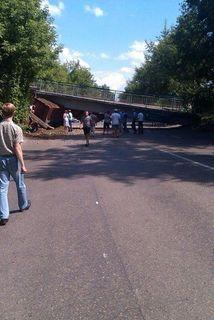В Красноярске грузовик врезался в опору пешеходного моста