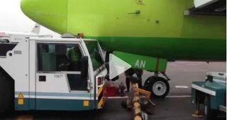 При столкновении тягача с самолетом в Домодедово пострадали люди