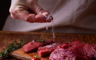 Фото:  сырое мясо посыпают солью, источник: pinterest.com