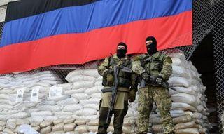 Ополченцы водрузили флаг ДНР над терминалом Мариновка
