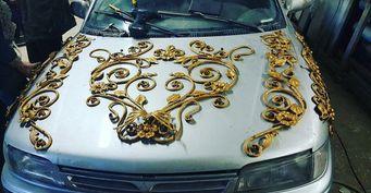 Житель Челябинска украсил машину коваными цветами