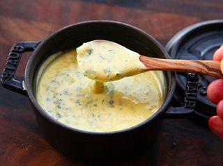 Сливочный соус к мясу, рыбе и салатам. Фото: seriouseats.com