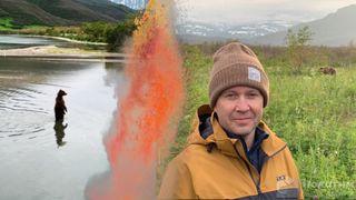 Евгений Миронов имедведи. Натаком расстоянии артист рыбачил схищниками. Автор изображения Нина Беляева.