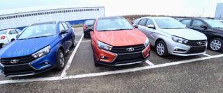 Автомобилей хватает, многие изних вбазовой комплектации. Фото: «AvtoVAZ News, ВКонтакте»