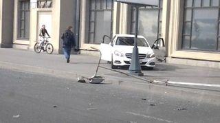На Малоохтинском Mercedes вылетел на тротуар