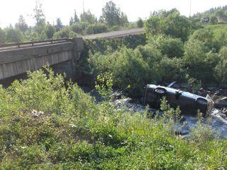 В Кузбассе в реку опрокинулся автомобиль с детьми