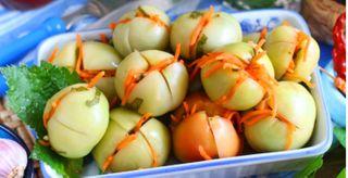 Фото: Зеленые помидоры сморковкой, чесноком изеленью/Источник: kleo.ru