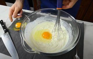 Замешиваем сыр ияйца\Источник: YouTube ТАК ВКУСНО!