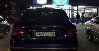 В сети высмеяли «мажора» на Bentley, который закупается в АТБ