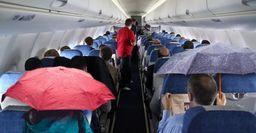 Протёкший самолёт и туристов с зонтами засняли внутри рейса Хабаровск-Сочи