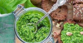 Готовим без отходов: Универсальный соус изстеблей зелени
