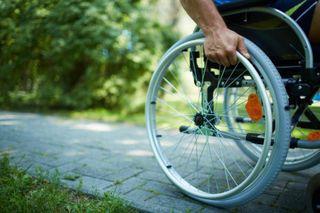 В Сочи «Волга» сбила мужчину на инвалидной коляске
