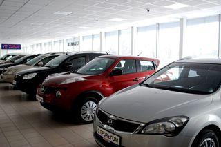 Фото: Автомобили с пробегом в автосалоне, источник Drom.ru