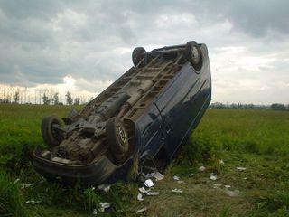 В Вологодской области, попавший в ДТП водитель бросил машину в кювете и пошел пешком