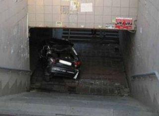 В Москве иномарка скатилась в подземный переход