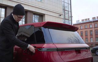 Стиль напоминает уменьшенный Range Rover. Камера спрятана под ручку багажника, стекло закрывает полка. Скриншот: YouTube-канал AcademeG