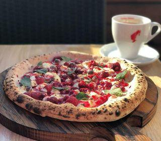Сладкая пицца смалиной имятой | Фото: Instagram @tuttopizza_napoli